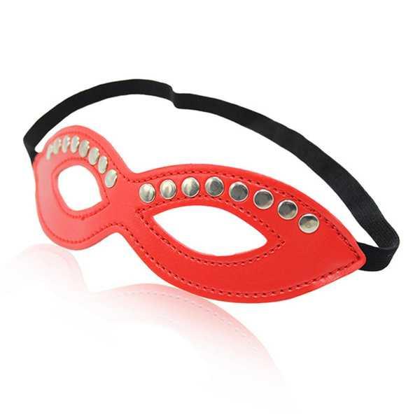 Rote Augenmaske mit Nieten